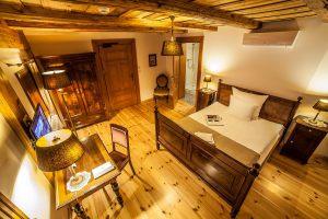 lampy_mosiezne_z_abazurami_hotel
